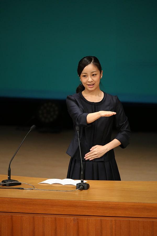"""佳子さま 美しすぎる手話スピーチ支える""""基本3原則"""""""