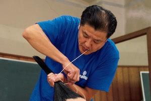 【大相撲職人たちの匠の技】髷を結う「床山」はクセ毛に困惑