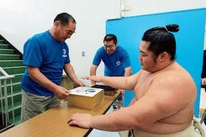 【大相撲職人たちの匠の技】(4)ちゃんこ作りに綱打ち……雑務はお任せの「…