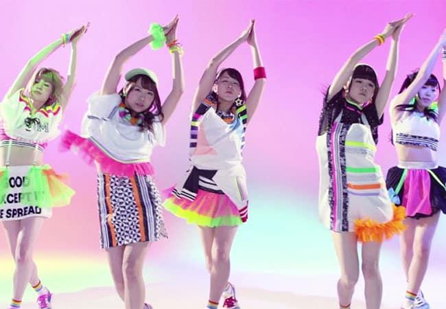 """妄キャリ「MOSO EDM」で話題の新曲MVで""""アームスカート""""とコラボ!"""