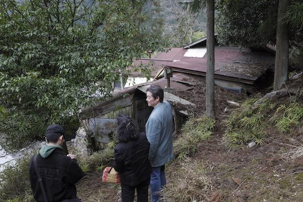 畑側から人力山荘を見下ろす。トタン屋根の痛みが激しい