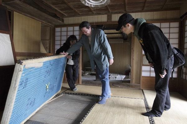 畳の下は板一枚隔てて地面が見える。これは、冬は寒そう