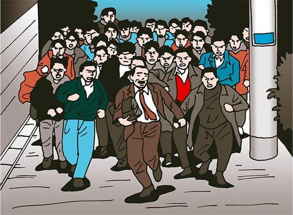 一般人が一人で歩いているところに、いきなり100人隊が走ってきてびっくりさせる