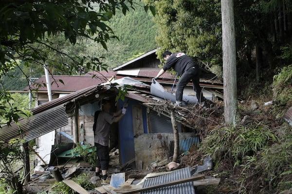 畑側の納屋から解体開始