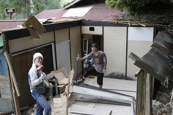 続くプレハブ小屋の解体