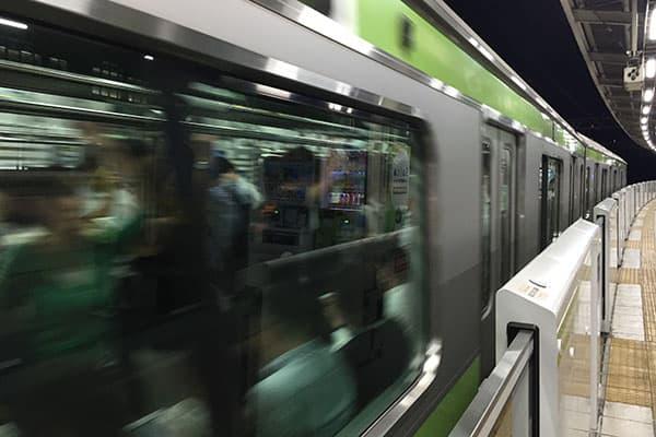 【数字は踊る】駅のホームで「歩きスマホ禁止」納得の理由