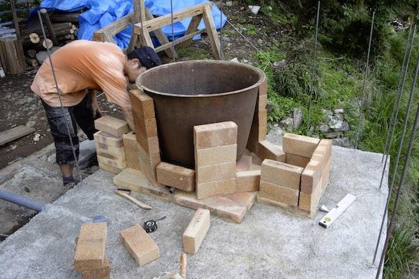 風呂釜に合わせてレンガ積み