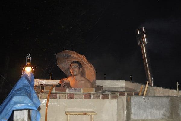 しかし、雨が降ると傘が必要だ。トホホ