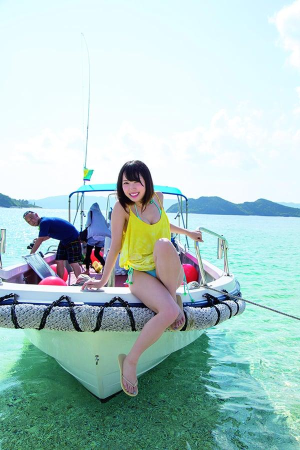 高柳明音、沖縄の澄みわたる海でウミガメと水中遊泳!