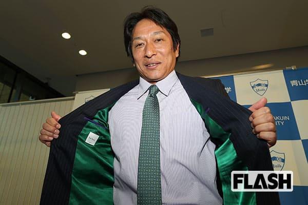 『青学カラーの緑のスーツの裏地を見せる原監督』