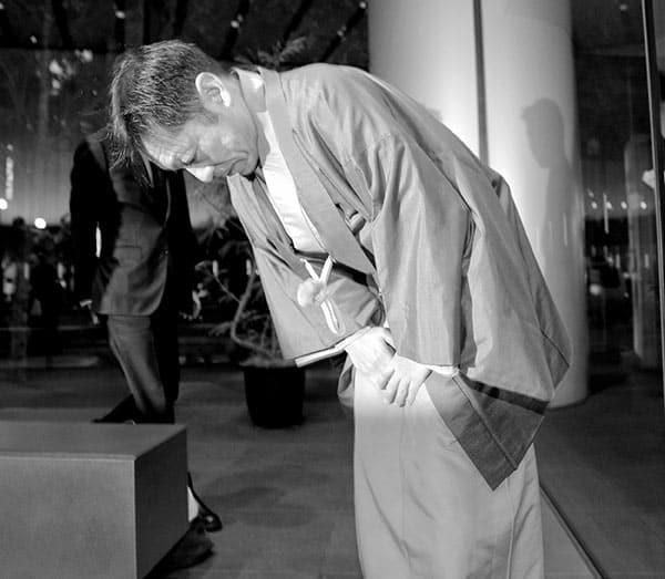「私の力不足」と頭を下げた香川。写真:時事通信