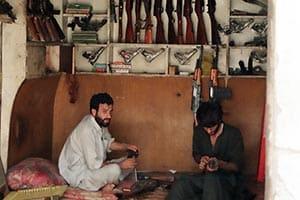 【世界最悪の旅】パキスタンでカラシニコフを撃ってみた