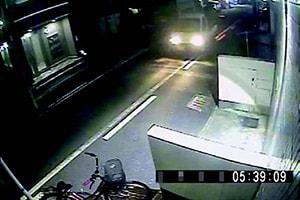 【防犯カメラは見た】廃品回収車が不法投棄!