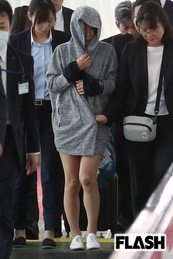 『羽田空港内を連行される山辺節子容疑者』