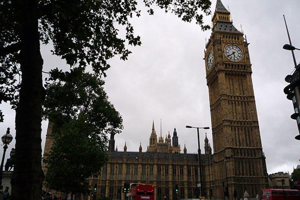 『イギリス国会は大混乱』