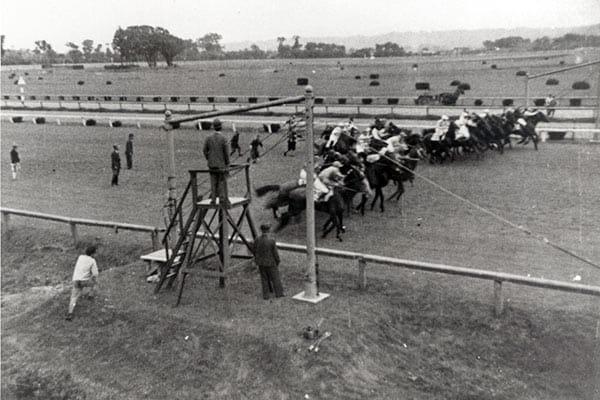 『1943年、ロープを使った「バリヤー」式スタート(写真:JRA)』