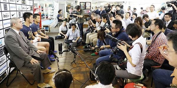 村田諒太/Ryota Murata (JPN), JUNE 8, 2017 - Boxing : 大勢のメディアの前で会見する村田諒太=2017年6月8日帝拳ジム