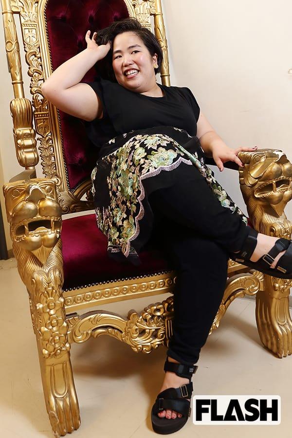 豪華な椅子に座るゆりやんレトリィバァ