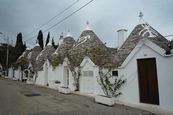 イタリアとんがり屋根の街は「脱税でできた街」だった