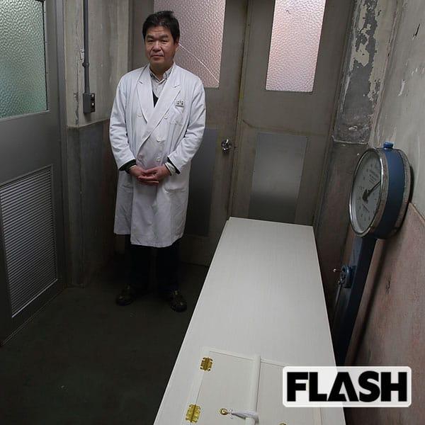 『棺の前に立つ岩瀬博太郎教授』
