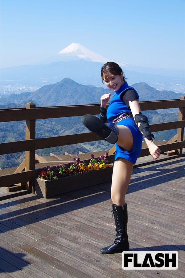 葉加瀬マイ「セクシー忍者」衣装で渾身のキックを披露