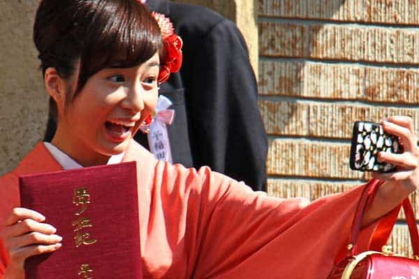 早大の卒業式で元乃木坂46「市來玲奈」熱心に自撮り中
