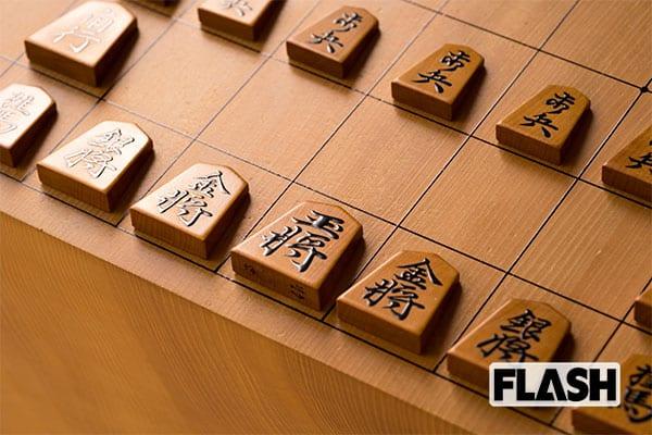 王はなく玉が2つ「名人戦第1局」でしか使われない駒と盤