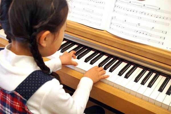 歌手「イルカ」が語った子供時代「アリンコと遊ぶ暗い少女で…」