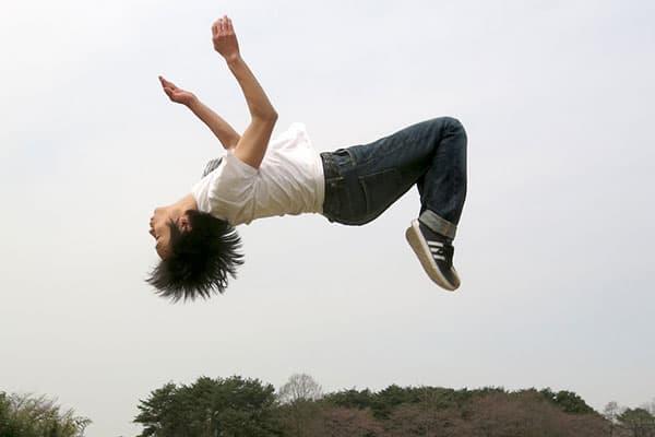 三宅健が語った「V6のメンバー」バク転の練習はこうやって