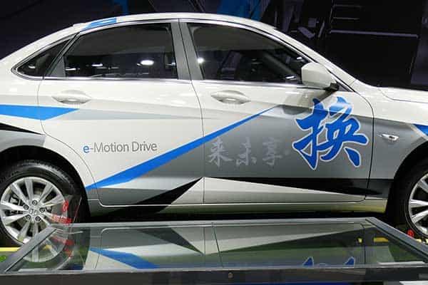 急速充電器で90分…「電気自動車」はガソリン車に勝てるのか