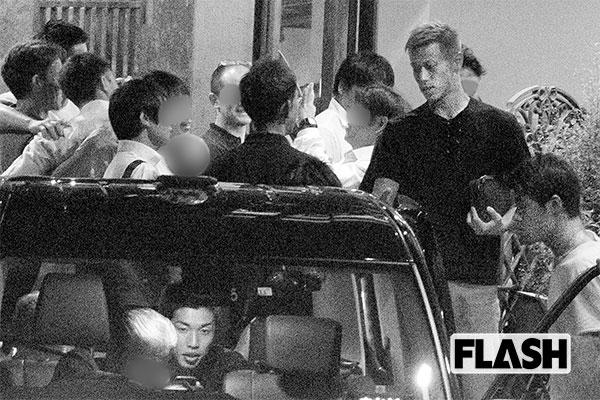 挨拶する本田圭佑、車に乗り込む酒井宏樹、大迫勇也は社内で運転手に指示を出す