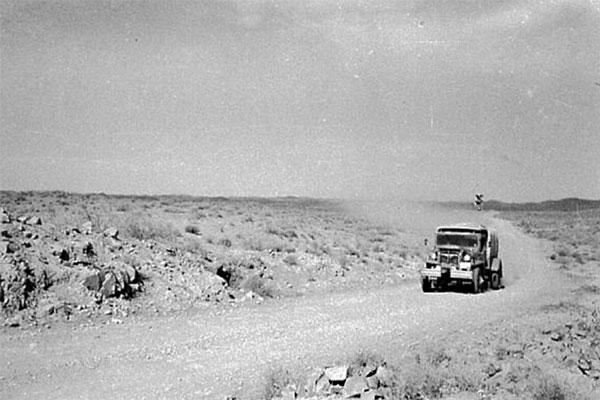 アフガニスタンの荒野を行く踏査隊(提供:岩倉佐波吏、本城信)