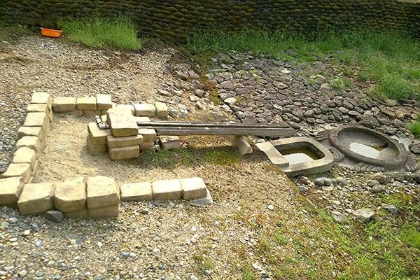 『亀形石造物の隣にまるで和式トイレが』