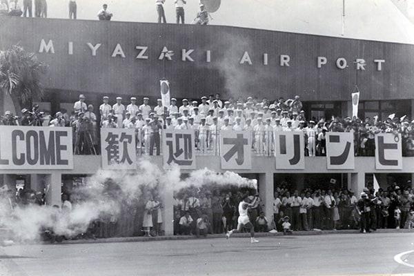 『宮崎空港に降り立った聖火(提供:白木洋子) 』