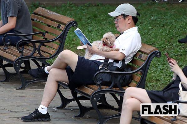 セクハラ辞任した「財務省のトップ」公園で読んでいた本は…