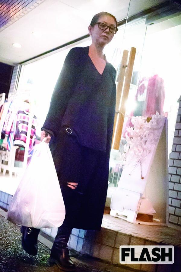 黒ずくめの「小泉今日子」買い出し姿をキャッチ