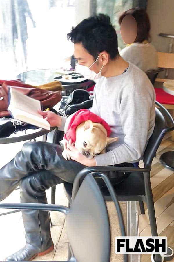 草なぎ剛、都内のカフェで読書中「えっ今ごろ?」な中身