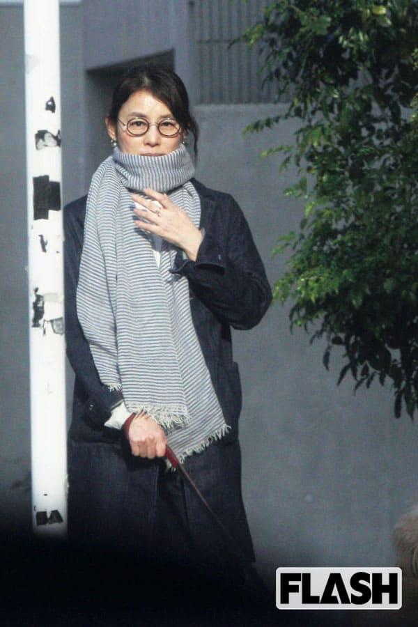 最強のアラフィフ「石田ゆり子」昼下がりのお散歩姿