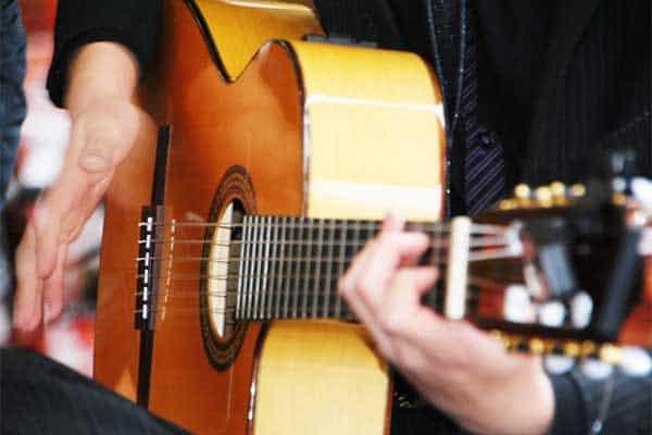 小池徹平、ギターを弾くと腰が痛くなって「年齢感じる」