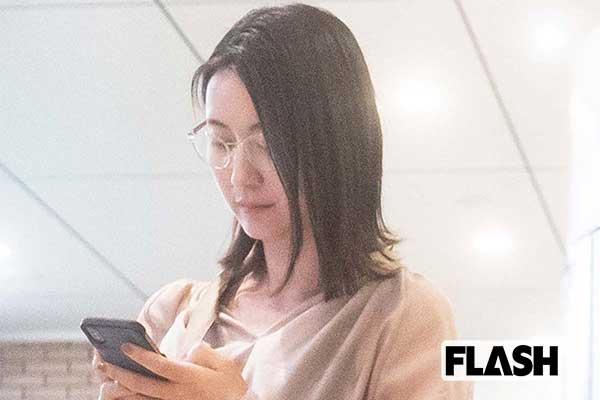 熱心にスマホをチェック「小川彩佳アナ」ギャラは週200万円