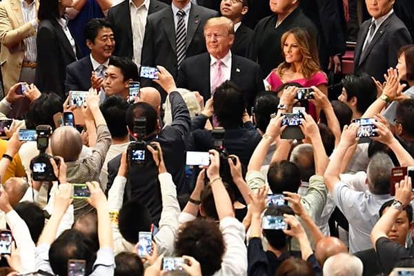 トランプ大統領の後ろで相撲観戦「しみけん」国技館に怒号が…
