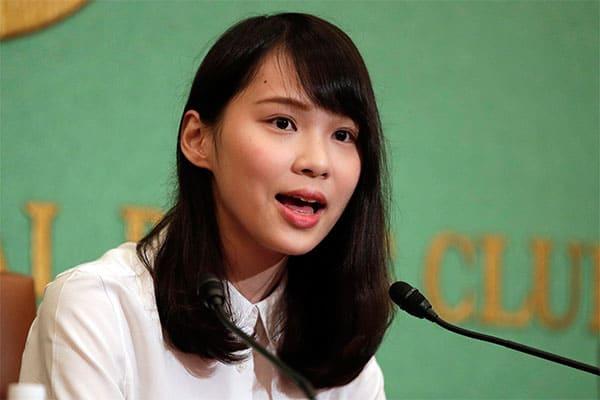 欅坂46を聴いてデモに…香港「民主の女神」は美人女子大生