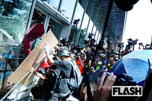 香港デモ、本誌カメラマンが催涙ガスを浴びて涙目になる