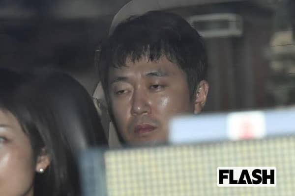 新井浩文被告、復帰策を模索するも、初公判は曇り顔