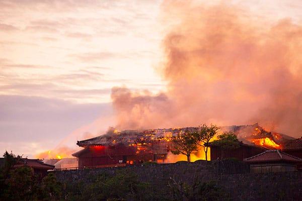 沖縄に衝撃…首里城炎上で右翼も市議も呆然