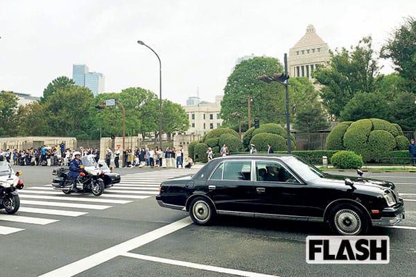 11.10「祝賀パレード」は道路の進行方向「右側」で見よう!