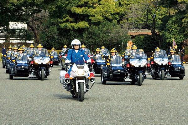 11.10祝賀パレードを護る「皇宮警察」学校では短歌も華道も