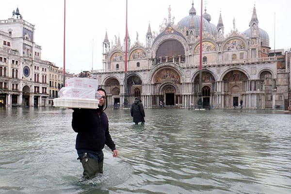 狂乱気象でベネチアが大混乱、高潮で市内8割が水没