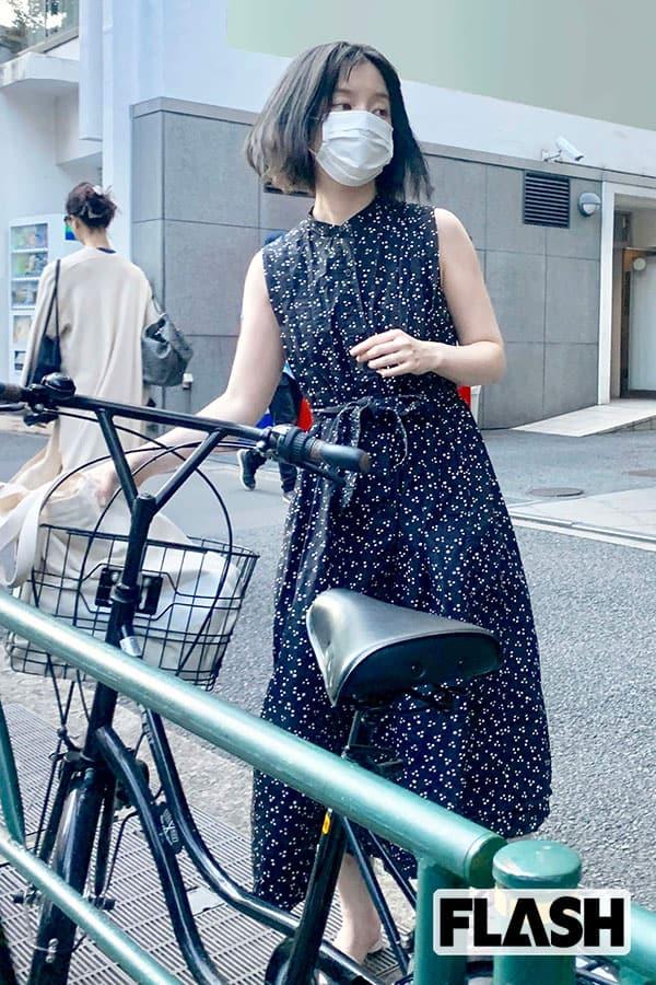 弘中綾香アナ発見撮、二の腕出してさっそうと美容サロンへ