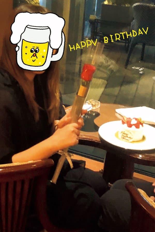 #誕生日ありがとう #愛され感 #好きな人が隣りにいて幸せ 「写真をよくよく見ると、彼の足元だけ写っています。高級店に行ったり、プレゼントをくれたりと、自慢できる要素はたくさんあるけど、彼は髪が薄くてかなり太っているので、見た目がまったくインスタ映えしなくて。匂わせることだけ心がけています(笑)」(千津子さん(仮名、31)事務)